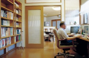 書斎でパソコンをするK様。
